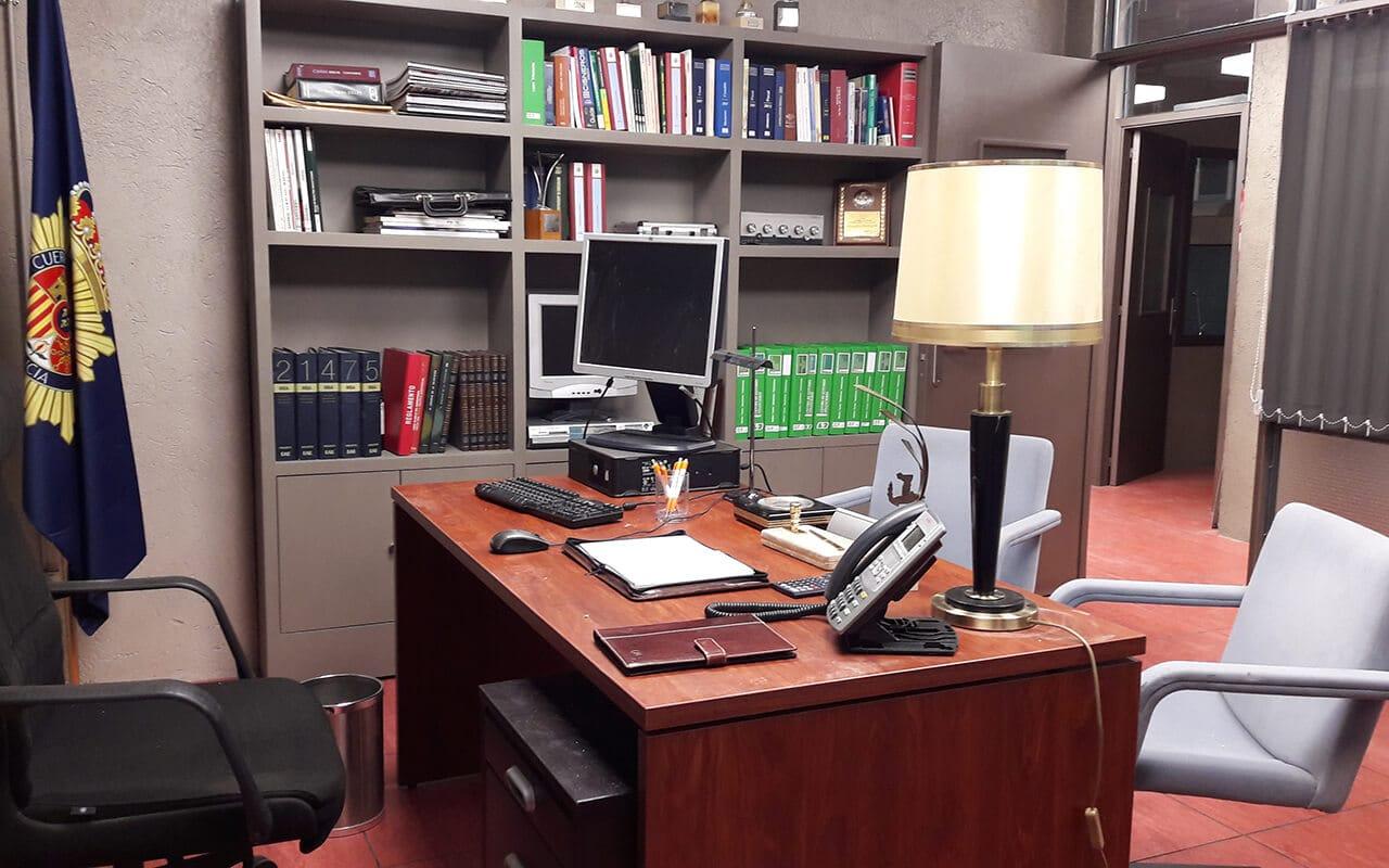 mesa del despacho del capitán de la comisaria estoy vivo