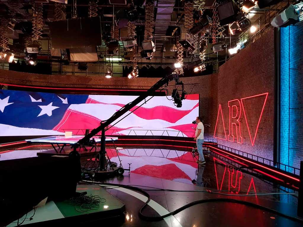 Vista general del plató de al rojo vivo con iluminación neón led y pared ladrillo